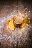Сметанообразный кофе имбиря на рождестве деревянного стола Стоковые Фотографии RF