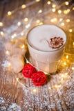 Сметанообразный кофе имбиря на рождестве деревянного стола Стоковое фото RF