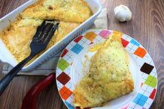 Сметанообразный притворный tortilla испек блюдо с сыром земного мяса и моццареллы для обедающего семьи стоковые фото