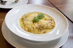 Сметанообразный рецепт лазаньи на белом блюде стоковое изображение rf