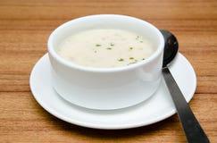 Сметанообразный суп гриба в белом шаре Стоковые Изображения RF