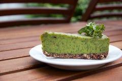 Сметанообразный сырцовый пирог листовой капусты vegan служил на плите Стоковое Изображение