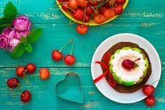 Сметанообразный торт с вишнями Деревянная предпосылка бирюзы Взгляд сверху Конец-вверх Стоковое Фото
