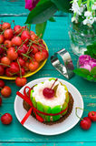 Сметанообразный торт с вишнями Деревянная предпосылка бирюзы Взгляд сверху Конец-вверх Стоковое фото RF