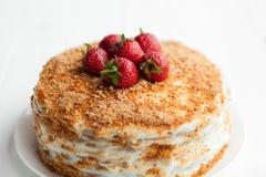 Сметанообразный торт с плодоовощами на таблице стоковые фотографии rf