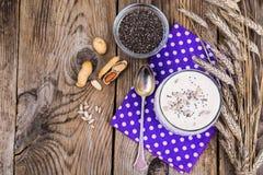 Сметанообразный югурт с chia, семенами подсолнуха и гайками Стоковые Изображения