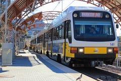 СМЕТЫВАЙТЕ пассажиров восхождения на борт поезда в Stat майны любовников Стоковое фото RF