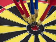 Сметывайте стрелку в центре доски дротика 1 Стоковые Фотографии RF