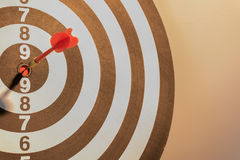Сметывайте стрелку цели ударяя на яблочке с светом солнца Стоковая Фотография