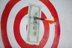 Сметыванный 100 долларов на доске дротика Стоковая Фотография
