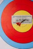 Сметыванный 100 долларов на доске дротика Стоковые Фотографии RF