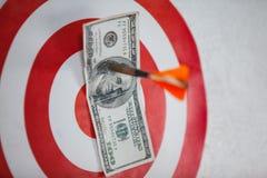 Сметыванный 100 долларов на доске дротика Стоковое Фото