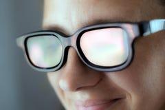 Смех девушки в стеклах 3D в кино пока смотрящ конец-вверх образа жизни фильма стоковое фото rf