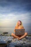 Смех девушки смотря компьтер-книжку Стоковое фото RF