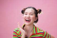 Смех женщины детенышей довольно азиатский с счастьем стоковая фотография