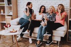 Смех женщин с фото Фото счастливых и улыбки стоковое изображение