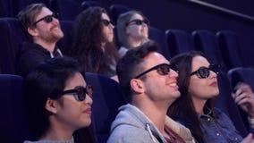 Смех людей на кинотеатре стоковые фото