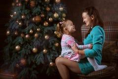 Смех мамы и дочери Стоковые Изображения