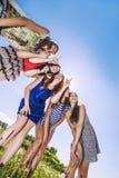 Смех подруги женщин счастливый против неба Стоковое Изображение RF