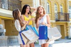 Смех подруг Девушки держа хозяйственные сумки и прогулку вокруг t Стоковое фото RF