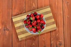 Смешайте свежие ягоды, вишни и клубники на деревянном столе Стоковые Фото