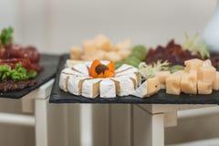 Смешайте сыр на доске с мясом и хлебом Стоковое Изображение