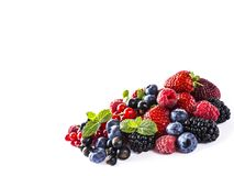 Смешайте ягоды и плодоовощи изолированные на белизне Зрелые голубики, ежевики, смородины, клубники и поленики Ягоды и fr Стоковая Фотография