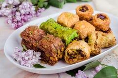 Смешанная бахлава в белой плите на мраморной предпосылке Еда Рамазана, турецкая аравийская кухня Селективный фокус Стоковые Изображения RF