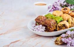Смешанная бахлава в белой плите на мраморной предпосылке Еда Рамазана, турецкая аравийская кухня Селективный фокус Стоковое Изображение