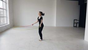 Смешанная гонка Прыгая тренировка девушки на школе гимнастики разрабатывая здоровый фитнес Здоровый девочка-подросток видеоматериал