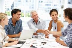 Смешанная группа в деловой встрече стоковая фотография rf