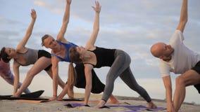 Смешанная группа лицо одной расы людей работая ратника фитнеса образа жизни йоги здорового представляет акции видеоматериалы
