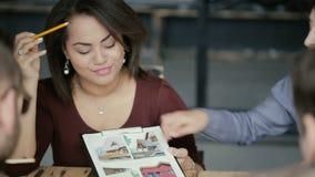 Смешанная группа лицо одной расы людей работая совместно Портрет африканской молодой женщины архитектора показывает проект дома акции видеоматериалы