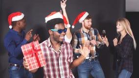 Смешанная группа лицо одной расы молодые люди на рождественской вечеринке движение медленное видеоматериал