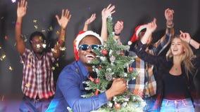Смешанная группа лицо одной расы молодые люди на рождественской вечеринке движение медленное акции видеоматериалы