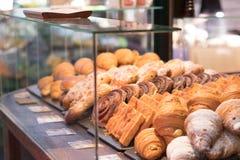 Смешанное разнообразие печет печенье - окно хлебопекарни - печенья стоковая фотография rf