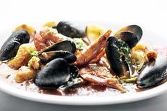 Смешанное свежее тушёное мясо морепродуктов с scallops и clams мидий креветок Стоковая Фотография