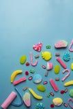 Смешанное собрание красочной конфеты, на голубой предпосылке Стоковые Изображения