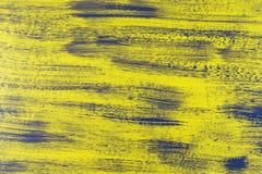 Смешанные вертикальные нашивки толстой краски в тенях желтой и серого на деревянной планке стоковые изображения