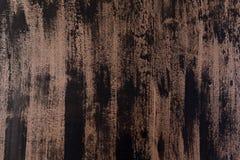 Смешанные вертикальные нашивки толстой краски в тенях черной и коричневого на деревянной планке стоковые фото
