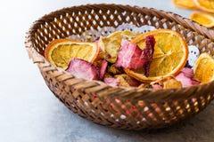 Смешанные высушенные куски плодоовощей апельсина, клубники, ананаса, вишни и Яблока с порошком циннамона в деревянной корзине Стоковая Фотография