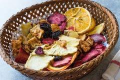 Смешанные высушенные куски плодоовощей апельсина, клубники, ананаса, вишни и Яблока с порошком циннамона в деревянной корзине Стоковые Фотографии RF