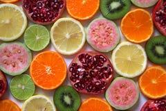 Смешанные зрелые и свежие фрукты и ягоды закрывают вверх для предпосылки Стоковое фото RF