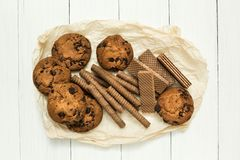 Смешанные крены вафли шоколада, печенья и классическая вафля на деревянной белой таблице Сладкий-toothers стоковые изображения