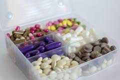 Смешанные лекарства штабелированные в малом контейнере Стоковое Фото