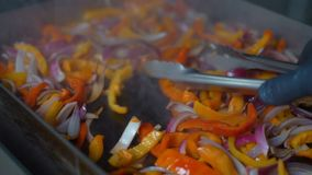 Смешанные овощи будучи зажаренным на открытом гриле на ресторане сток-видео
