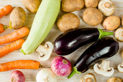 Смешанные овощи деревни на деревянной предпосылке Стоковое Изображение RF