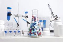 Смешанные пилюльки в Beaker науки Стоковое Изображение
