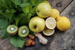 Смешанные плодоовощ и крапивы для освежая и детоксицируя smoothi Стоковые Изображения