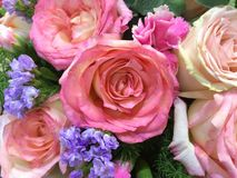 Смешанные розовые розы в флористическом украшении свадьбы стоковые фотографии rf